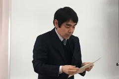 選評を読み上げる山本編集委員長